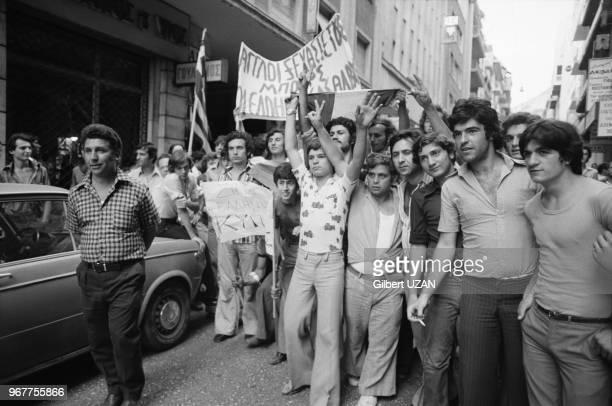 Scènes de joie dans les rues d'Athènes après le chute du régime des colonels le 24 juillet 1974 Athènes