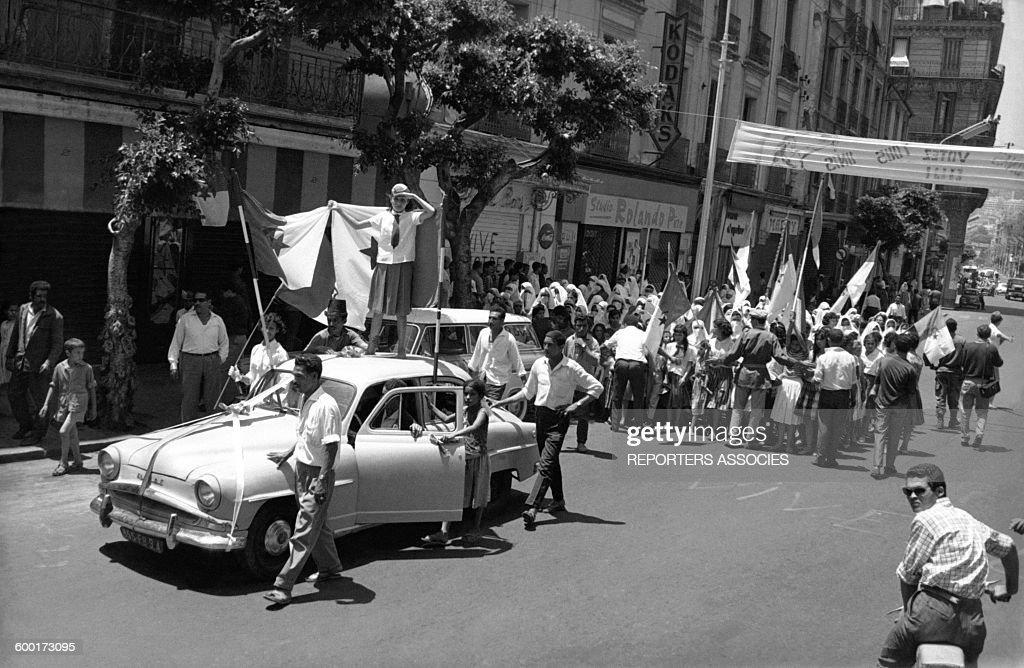 Scènes de liesse à Alger lors de l'indépendance de l'Algérie en 1962 : News Photo