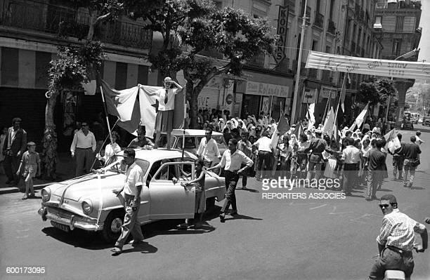 Scènes de liesse à Alger lors de l'indépendance de l'Algérie en 1962 .