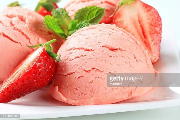 Kugeln Eis mit Erdbeeren