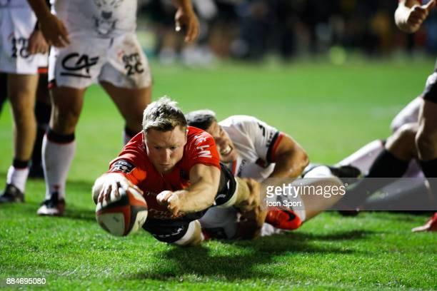 Score a try Chris Ashton of Toulon during the Top 14 match between Toulon and Lyon OU on December 2 2017 in Toulon France