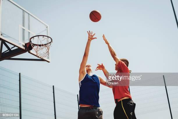 poäng häll trois dans le jeu de basket-boll - basketboll lagsport bildbanksfoton och bilder