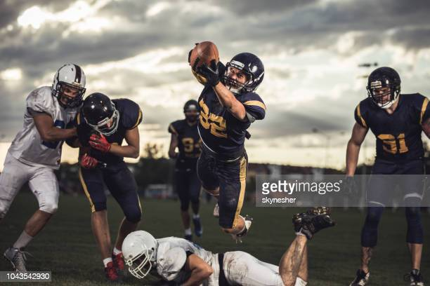scoring touchdown! - quarterback stock-fotos und bilder