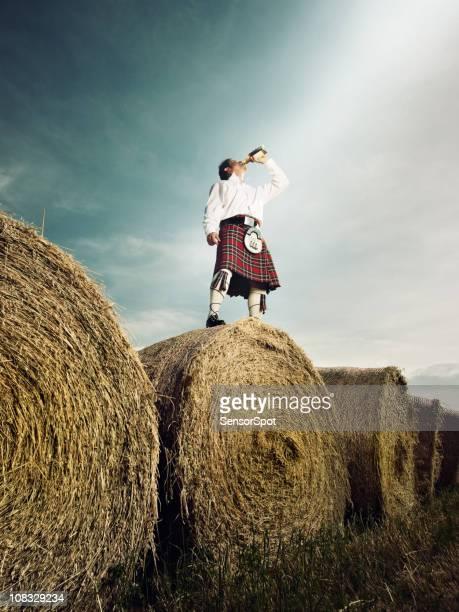 bebedor de uísque escocês - cultura escocesa imagens e fotografias de stock