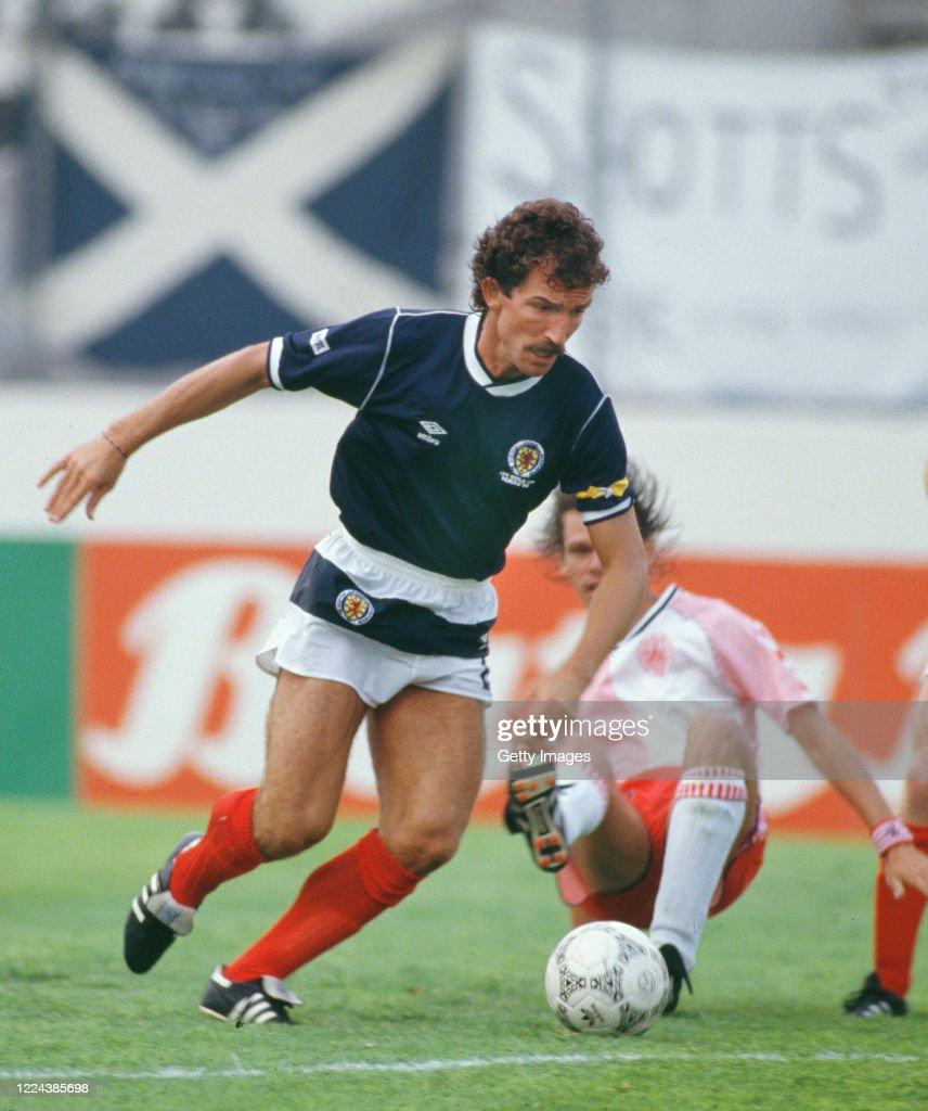 1986 FIFA World Cup Denmark V Scotland : ニュース写真