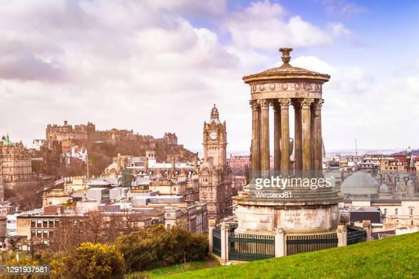 uk, scotland, edinburgh, dugald stewart monument on calton hill overlooking the city - カールトンヒル ストックフォトと画像