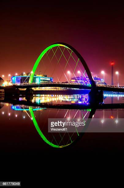 uk, scotland, glasgow, view to lighted squinty bridge by night - river clyde stock pictures, royalty-free photos & images