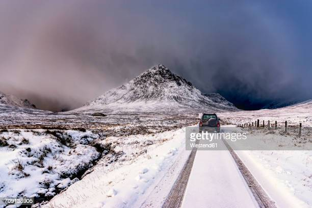 uk, scotland, glencoe, buachaille etive mor, four wheel drive vehicle in winter - deep snow stock pictures, royalty-free photos & images
