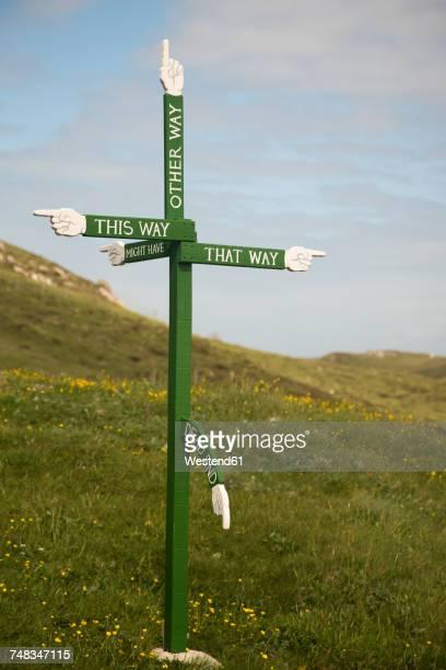 uk, scotland, isle of harris, abstruse sign post - irony stockfoto's en -beelden