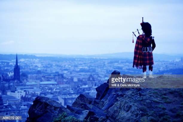 scotland, lothian, edinburgh, piper above city (enhancement) - エディンバラ ストックフォトと画像