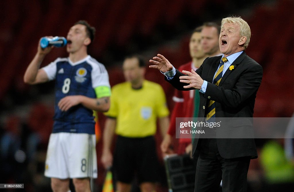 Scotland manager Gordon Strachan (R) shouts from the touchline during the international friendly football match between Scotland and Denmark at Hampden Park in Glasgow on March 29, 2016. / AFP / NEIL