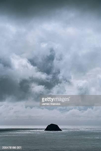 scotland, st kilda archipelago, storm clouds over levenish - hebriden inselgruppe stock-fotos und bilder