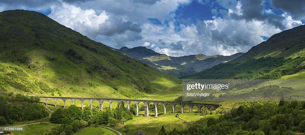 Luz del sol sobre las montañas de las Highlands de Escocia glen Glenfinnan viaduct panorama Lochaber : Foto de stock