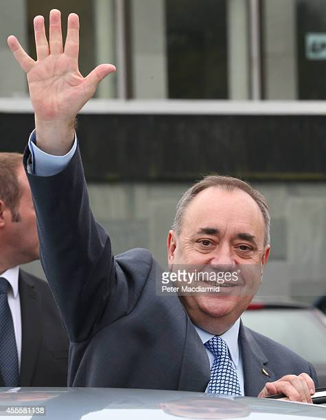 Scotland's First Minister Alex Salmond waves as he campaigns in the East Kilbride shopping centre on September 17 2014 in Glasgow Scotland The...