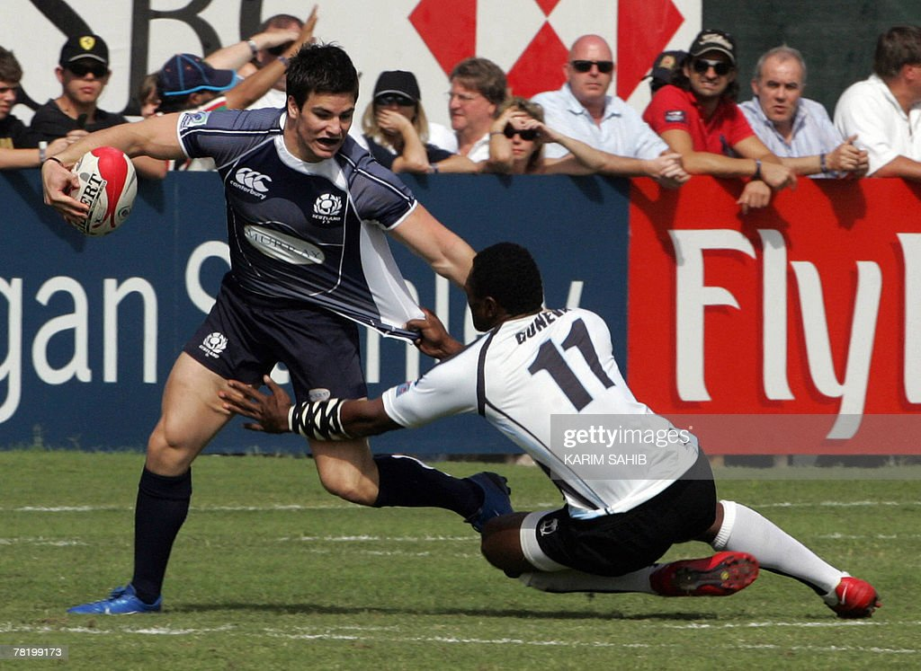 Scotland's Grant Anderson (L) vies with : News Photo