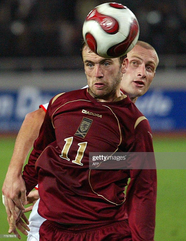 Scotland's James McFadden (L) vies with : News Photo