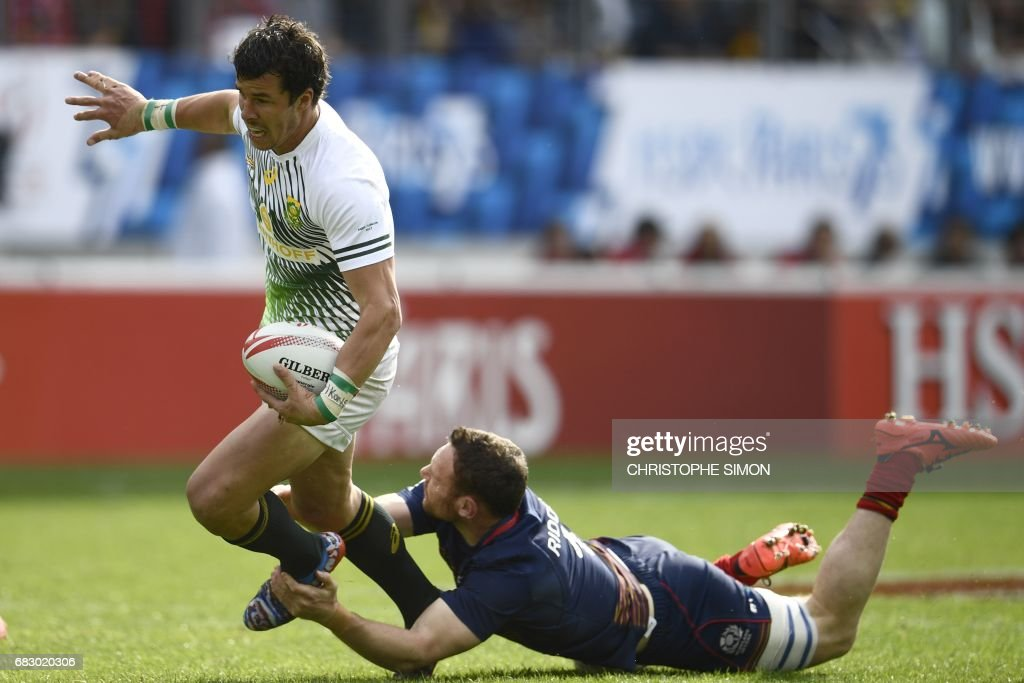 Scotland's Scott Riddell (R) tackles South Africa's Ruhan Nel (L) during the Rugby 7 Paris tournament final rugby match between South Africa and Scotland at the Jean Bouin stadium in Paris, on 14 May, 2017. /
