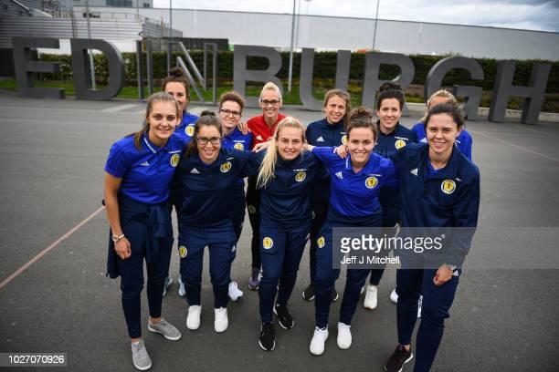 womens football teams arrive - 612×408