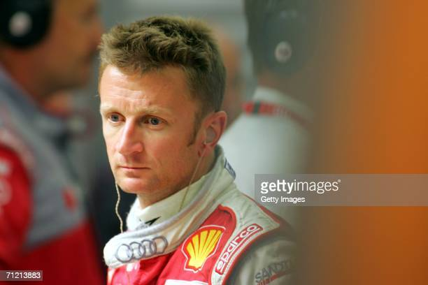 Scotlands's Allan McNish watches the Audi mechanics during 2nd qualifying for the Le Mans 24hr race on June 15 2006 at the Circuit des 24 Heures du...