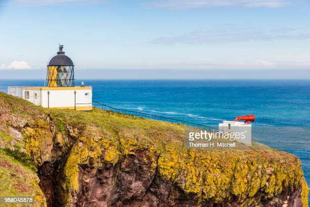 scotland-st. abbs-st. abbs head lighthouse - paisajes de st thomas fotografías e imágenes de stock