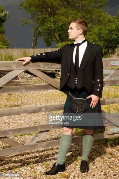 Scotsman s'appuyant sur une porte