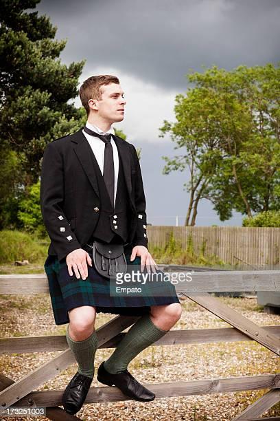 Scotsman assis sur une porte en plein air