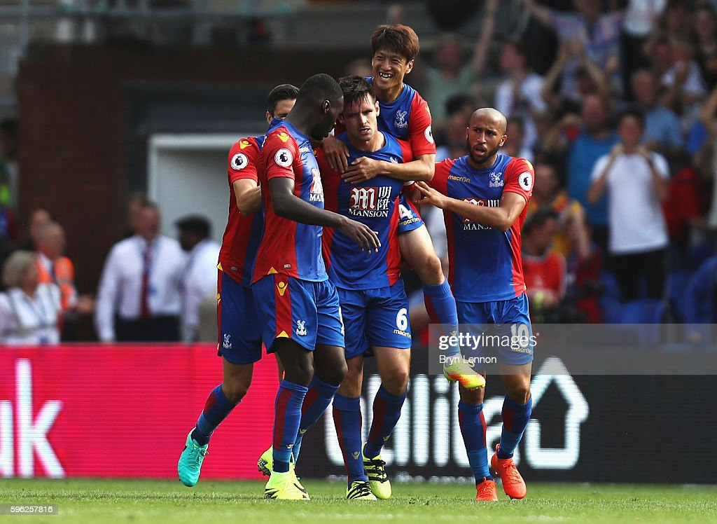 Scott Dann of Crystal Palace (C) celebrates scoring his sides first goal with his team mates during the Premier League match between Crystal Palace and AFC Bournemouth at Selhurst Park on August 27, 2016 in London, England.