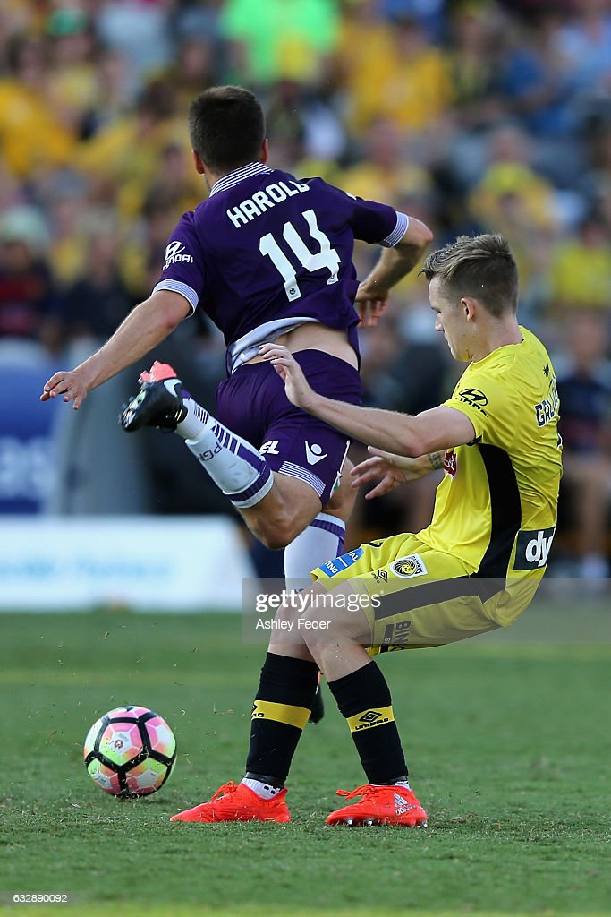 Scott Galloway of the Mariners contests the ball agaist Chris Harold