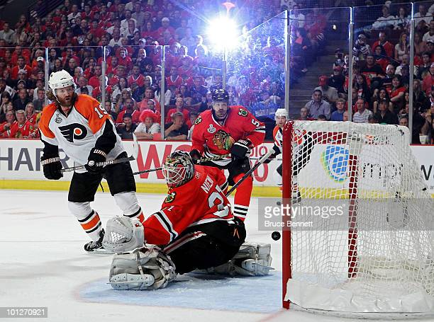 Scott Hartnell of the Philadelphia Flyers scores a goal past Antti Niemi of the Chicago Blackhawks in Game One of the 2010 NHL Stanley Cup Final at...