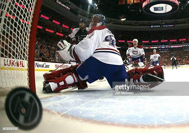 Scott Hartnell of the Philadelphia Flyers scores a thirdperiod goal past Jarolslav Halak of the Montreal Canadiens during Game 4 of the Eastern...