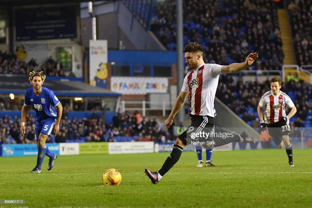 Scott Hogan of Brentford misses a penalty during the Sky Bet Championship match between Birmingham City and Brentford at St Andrews Stadium on January 2, 2017 in Birmingham, England (Photo by Nathan Stirk/Getty Images).
