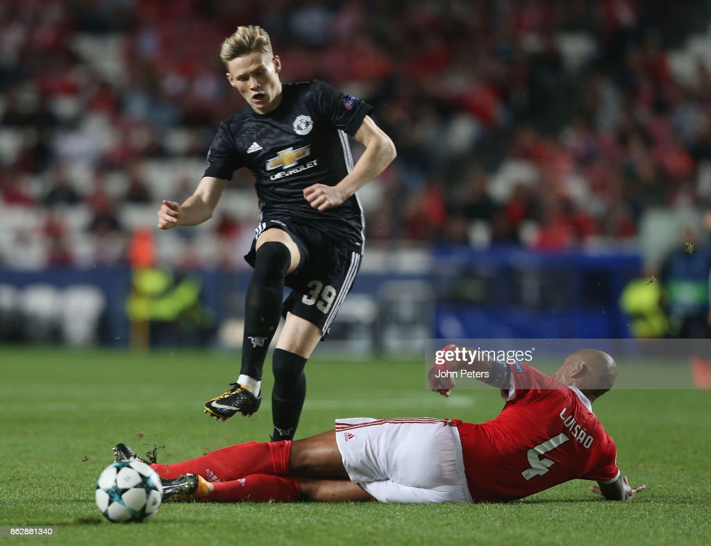 Scott McTominay of Mancester United is tackled by Luisao of Benfica, who is sent off for the challenge, during the UEFA Champions League group A match between SL Benfica and Manchester United at Estadio da Luz on October 18, 2017 in Lisbon, Portugal.