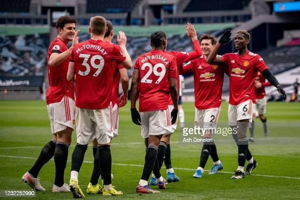 Scott McTominay of Manchester United celebrates with Harry Maguire and his team-mates at the end of the Premier League match between Tottenham...