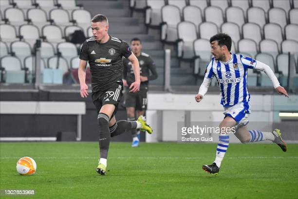 Scott McTominay of Manchester United FC against Aritz Elustondo of Real Sociedad de Fútbol during the UEFA Europa League Round of 32 match between...