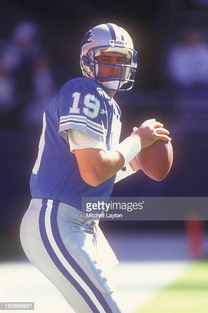 Scott Mitchell of the Detroit Lions warms up before a football game against the Washington Redskins on October 22 1995 at RFK Stadium in Washington...