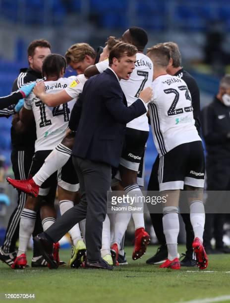 Scott Parker manager of Fulham celebrates with his team after Josh Onomah of Fulham scores his teams first goal during the Sky Bet Championship Play...