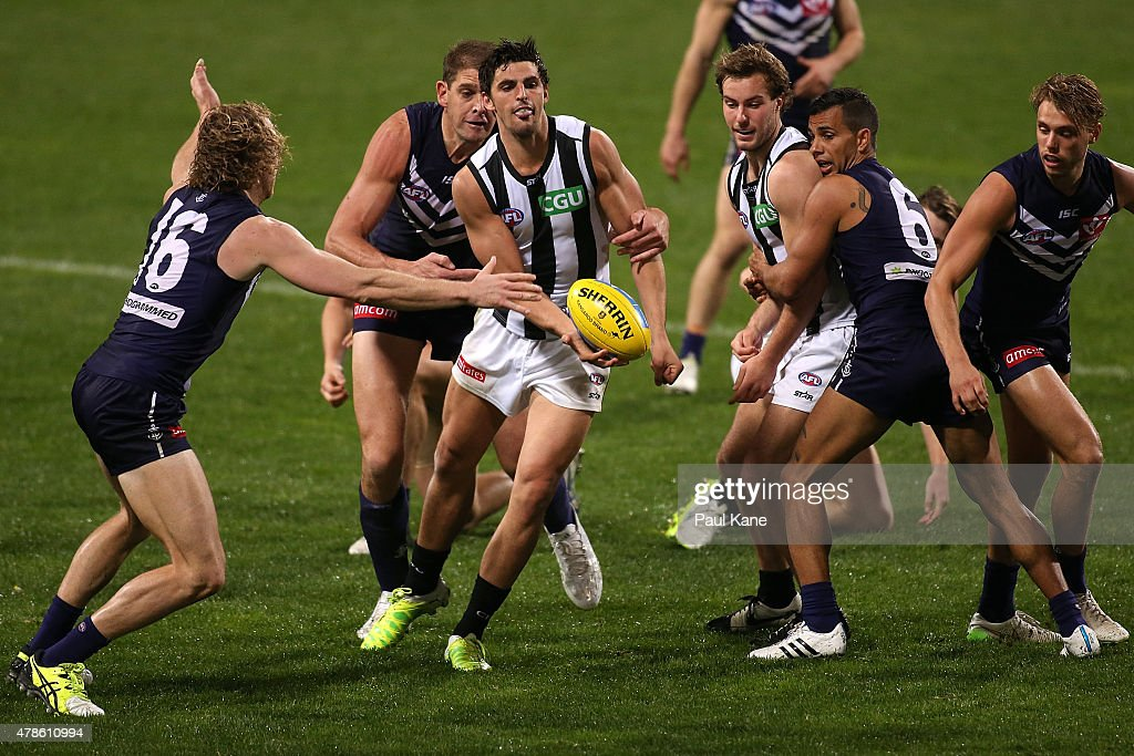 Scott Pendlebury of the Magpies handballs during the round 13 AFL match between the Fremantle Dockers and the Collingwood Magpies at Domain Stadium on June 25, 2015 in Perth, Australia.