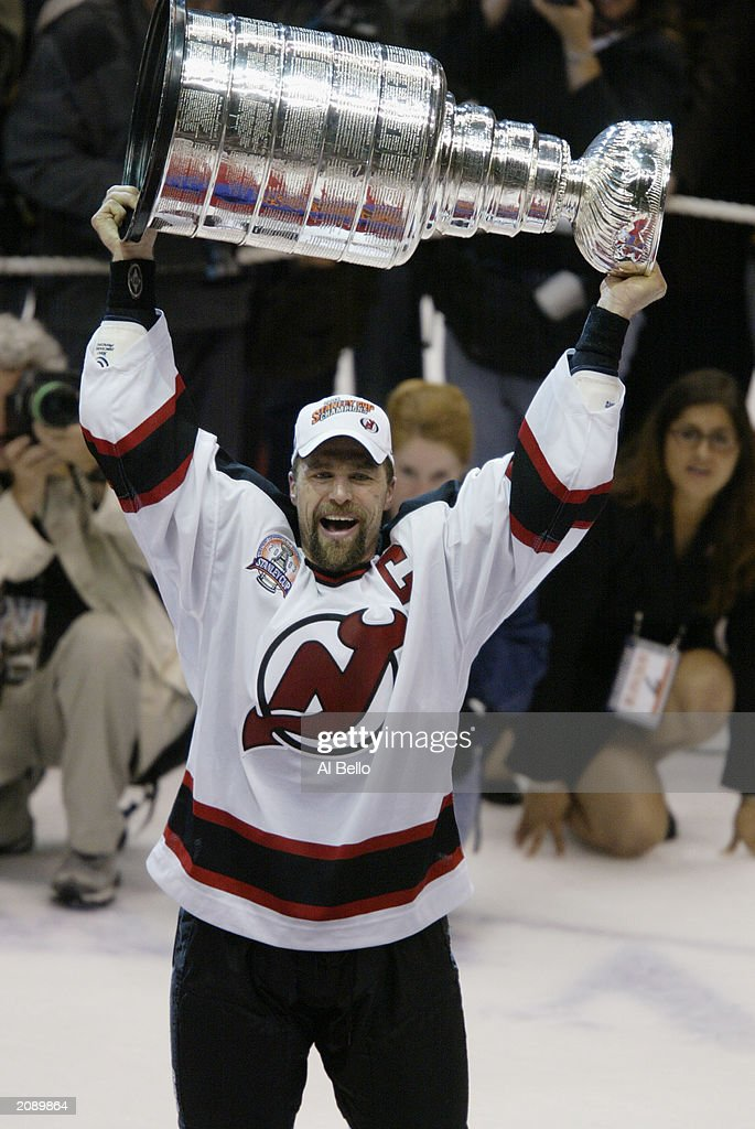 Stevens holds up the Stanley Cup : News Photo