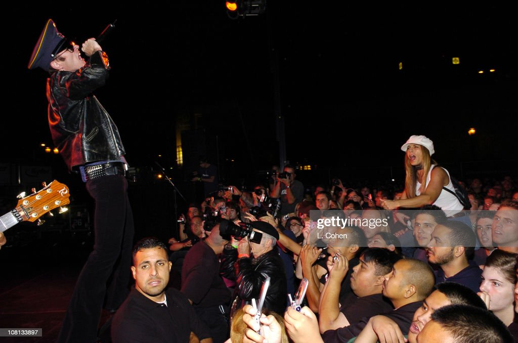 Scott Weiland of Velvet Revolver surprises thousands of people with a special free performance in Hollywood prior to kicking off their headlining tour.