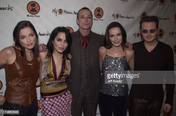 Scott Weiland with Caroline Corr Andrea Corr Sharon Corr and Jim Corr of The Corrs