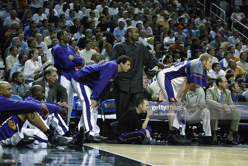 Suns bench watches final seconds of game : News Photo