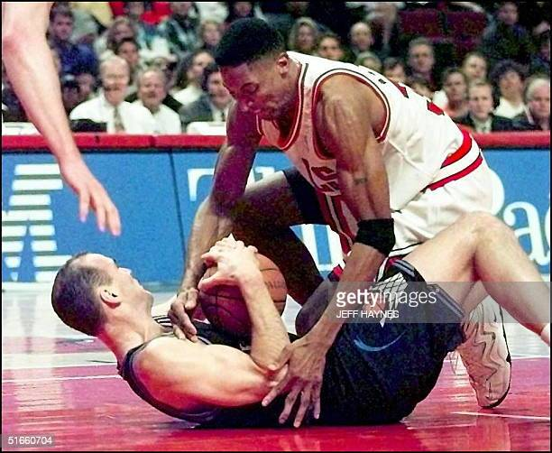 Scottie Pippen of the Chicago Bulls and Danny Ferry of the Cleveland Cavaliers fight for the loose ball 04 April during the second half of their game...