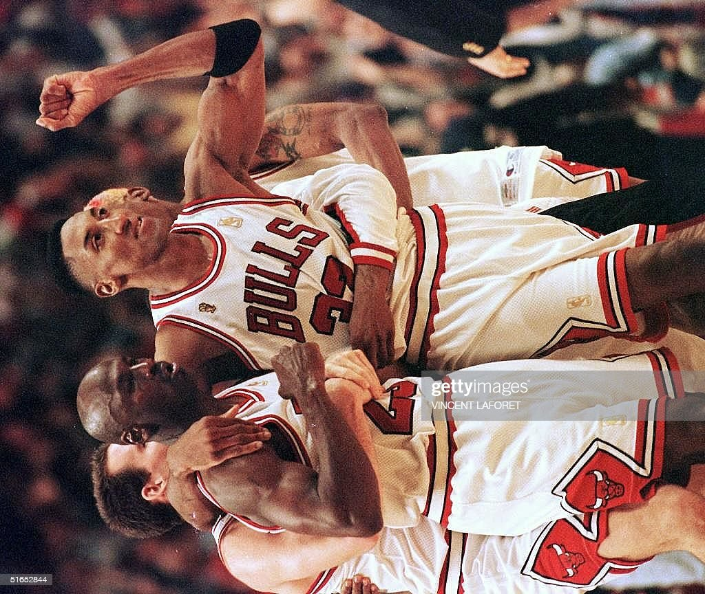 Scottie Pippen (R) of the Chicago Bulls hugs teamm : News Photo