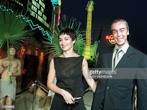 Scottish actor John Hannah who acts in the 1999 remake of the 1930s film The Mummy arrives at the film's premiere with his wife Joanna Roth in...
