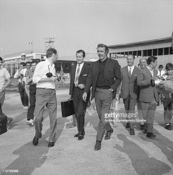 Scottish actor Sean Connery wearing sunglasses a hand in his pocket walking in the Marco Polo airport Tessera surrounded by photographers and fans...