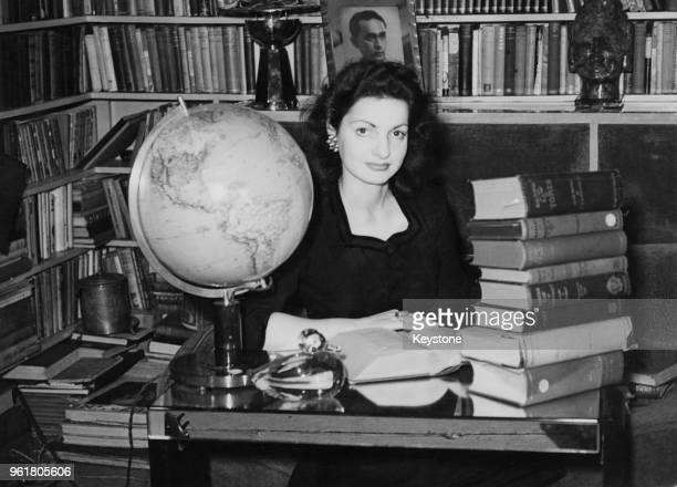 Scottish actress Elizabeth Sellars studies law at Lincoln's Inn in London whilst pursuing her acting career circa 1945