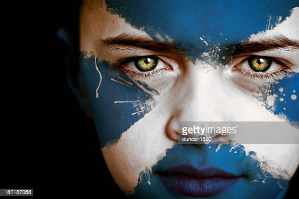 Schottische Junge mit der Flagge von Schottland