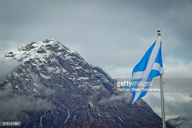 scottish flag at buachaille etive mor - scotland stock-fotos und bilder