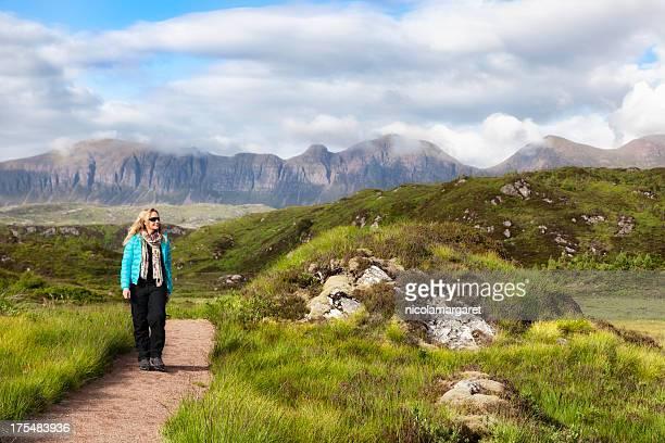 Schottisches Hochland: Weibliche Wanderer vor Quinag mountains