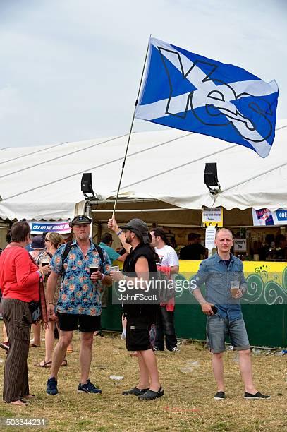 Schottische independance Fan holding eine Flagge Unterstützung Ja stimmen